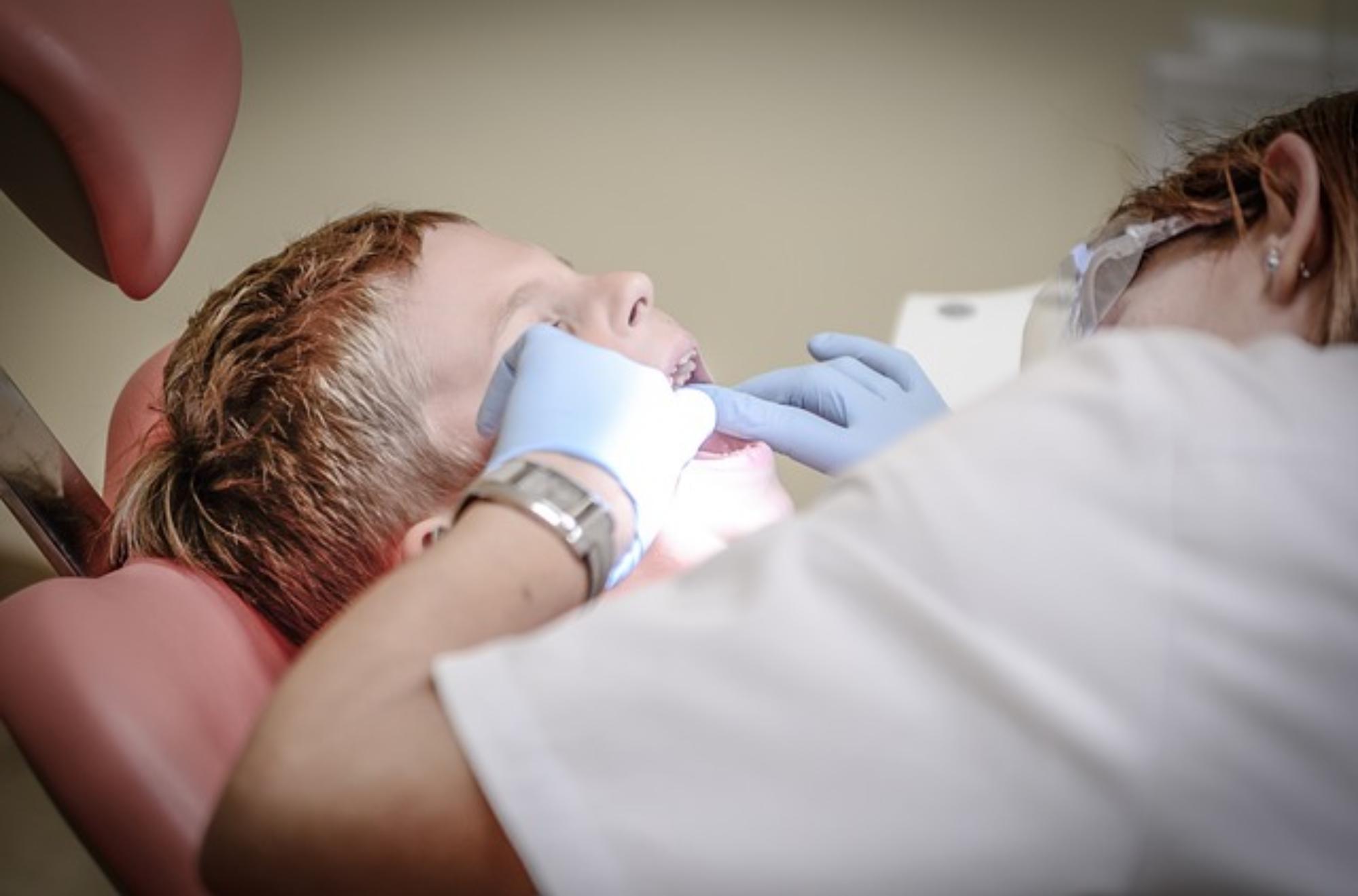 dentysta prywatnie czy na nfz, Lepiej jest udać się do stomatologa prywatnie, czy też na NFZ?